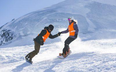 Jonas Staub, links, und Anja Reichenbach, rechts, Snowboarder von Blindspot auf den Pisten im Skigebiet Saas-Fee, am Sonntag, 18. Februar 2018.
